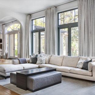 Foto på ett mycket stort medelhavsstil vardagsrum, med vita väggar, mellanmörkt trägolv, en standard öppen spis, en spiselkrans i trä och brunt golv