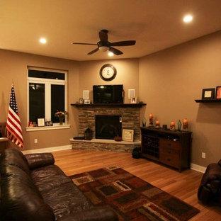 Bild på ett mellanstort vintage allrum med öppen planlösning, med beige väggar, mellanmörkt trägolv, en öppen hörnspis, en spiselkrans i sten och en väggmonterad TV