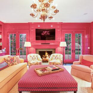 Foto på ett vintage separat vardagsrum, med rosa väggar, mörkt trägolv, en standard öppen spis och en väggmonterad TV