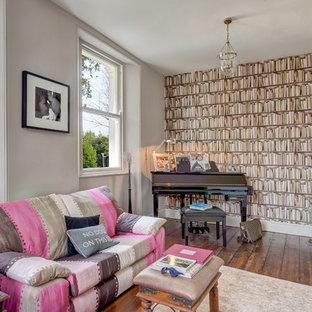 デヴォンの中サイズのトランジショナルスタイルのおしゃれなリビング (ミュージックルーム、グレーの壁、無垢フローリング) の写真