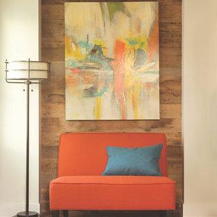 Modern inredning av ett mellanstort separat vardagsrum, med mellanmörkt trägolv