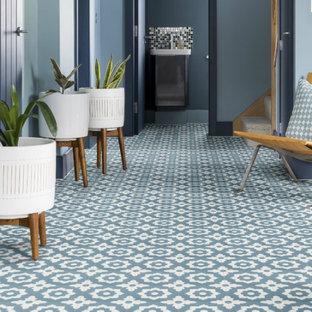 Foto di un piccolo soggiorno stile americano con pavimento in terracotta e pavimento blu