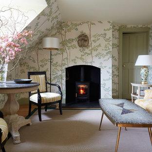 Ejemplo de salón para visitas cerrado, romántico, pequeño, con suelo de madera clara, estufa de leña, paredes multicolor, marco de chimenea de metal y suelo beige