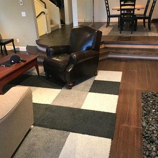 Ispirazione per un soggiorno classico di medie dimensioni e aperto con pavimento in bambù, cornice del camino in legno, pavimento marrone, pareti beige, camino classico e TV autoportante