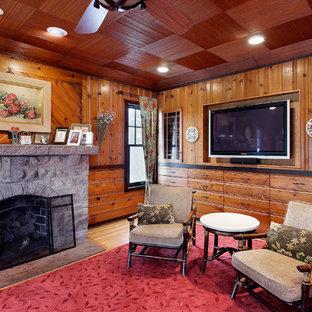 Idee per un soggiorno chic con camino classico e TV a parete