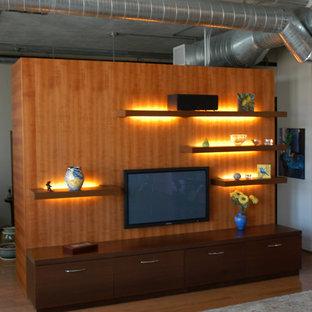 Immagine di un soggiorno minimalista con TV a parete