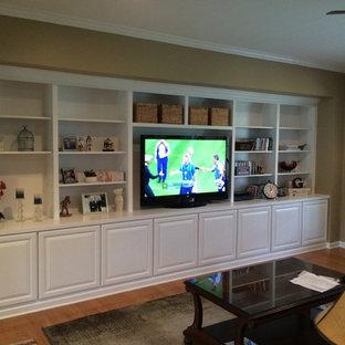 シャーロットの中サイズのトラディショナルスタイルのおしゃれなLDK (茶色い壁、淡色無垢フローリング、暖炉なし、据え置き型テレビ、ベージュの床) の写真