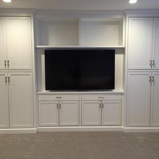 Immagine di un grande soggiorno minimalista con pareti grigie, moquette e parete attrezzata