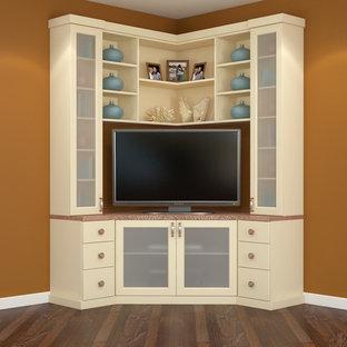 Diseño de salón abierto, moderno, de tamaño medio, sin chimenea, con paredes marrones, suelo de madera en tonos medios y televisor colgado en la pared