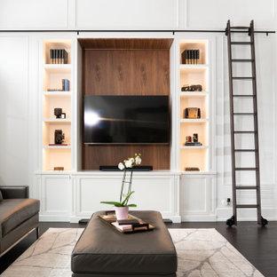 Idée de décoration pour un salon tradition ouvert avec un mur blanc, un sol en bois foncé, un téléviseur encastré, un sol marron, un plafond en poutres apparentes et du lambris.