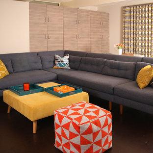 サンフランシスコの小さいミッドセンチュリースタイルのおしゃれな独立型リビング (ベージュの壁、コルクフローリング、壁掛け型テレビ、茶色い床) の写真