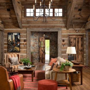 Ispirazione per un soggiorno stile rurale con sala formale, pareti marroni e pavimento in legno massello medio