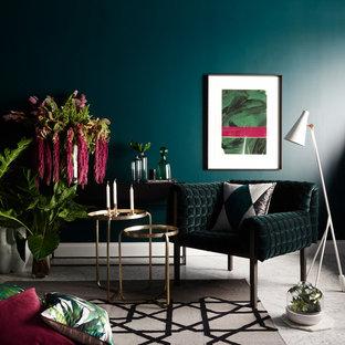 Idéer för funkis vardagsrum, med marmorgolv och blå väggar