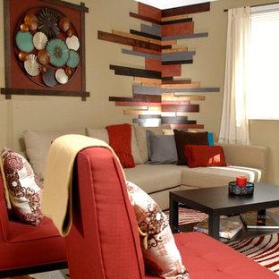 Immagine di un piccolo soggiorno contemporaneo aperto con pareti beige, pavimento in legno massello medio e TV autoportante