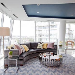 Inredning av ett modernt stort allrum med öppen planlösning, med vita väggar, kalkstensgolv, en standard öppen spis, en spiselkrans i sten och en väggmonterad TV