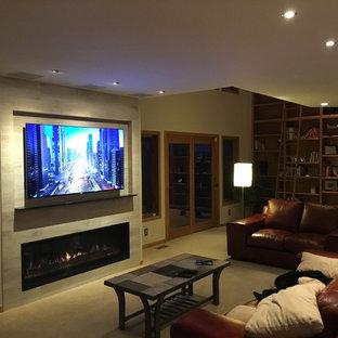 デンバーの中サイズのコンテンポラリースタイルのおしゃれなLDK (ミュージックルーム、グレーの壁、カーペット敷き、タイルの暖炉まわり、壁掛け型テレビ、横長型暖炉) の写真