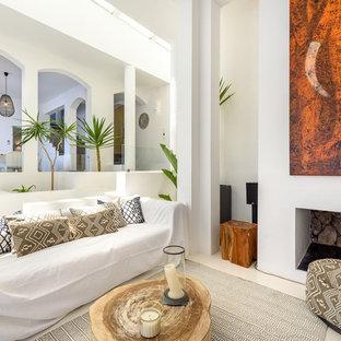 Diseño de salón abierto, mediterráneo, de tamaño medio, con paredes blancas y chimenea tradicional