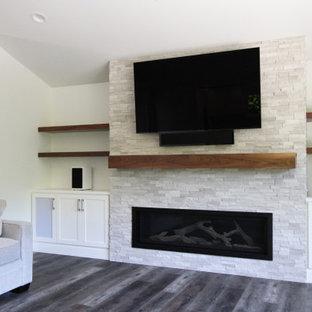 Idéer för att renovera ett stort vintage allrum med öppen planlösning, med vita väggar, vinylgolv, en bred öppen spis, en inbyggd mediavägg och brunt golv