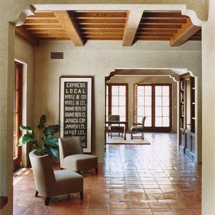 Mittelgroßes, Offenes Mediterranes Wohnzimmer ohne Kamin mit grauer Wandfarbe und Terrakottaboden in San Francisco