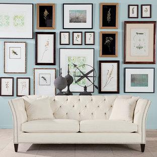Ejemplo de salón para visitas abierto, minimalista, pequeño, sin chimenea y televisor, con paredes azules y suelo marrón