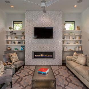 Idées déco pour un salon contemporain de taille moyenne avec une cheminée ribbon et un téléviseur fixé au mur.