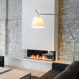 ボストンの大きいモダンスタイルのおしゃれなリビング (白い壁、横長型暖炉、白い床) の写真