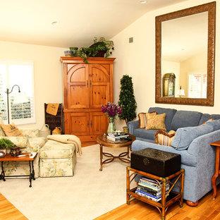 Foto di un grande soggiorno chic chiuso con sala formale, pareti gialle, parquet scuro, nessun camino, nessuna TV e pavimento marrone