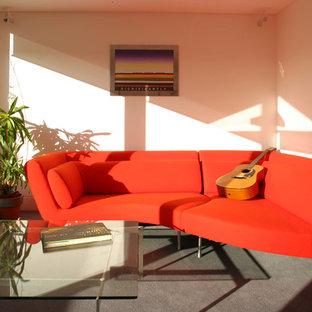 Idee per un piccolo soggiorno design chiuso con sala della musica, pareti bianche, moquette, nessun camino e nessuna TV