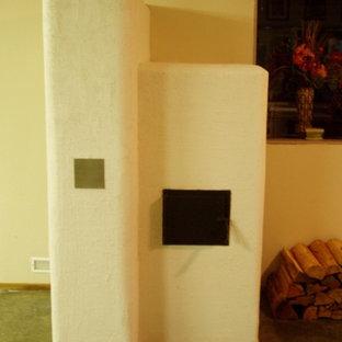 バンクーバーのラスティックスタイルのおしゃれなリビング (コーナー設置型暖炉) の写真