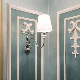 他の地域の小さいヴィクトリアン調のおしゃれなLDK (青い壁、漆喰の暖炉まわり) の写真