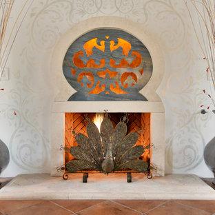 Immagine di un grande soggiorno mediterraneo aperto con sala formale, pareti bianche, pavimento in terracotta, nessuna TV e pavimento arancione