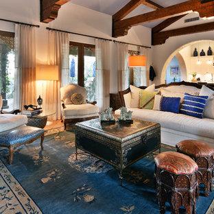 Diseño de salón para visitas abierto, mediterráneo, grande, sin televisor, con paredes blancas, suelo de baldosas de terracota y suelo naranja