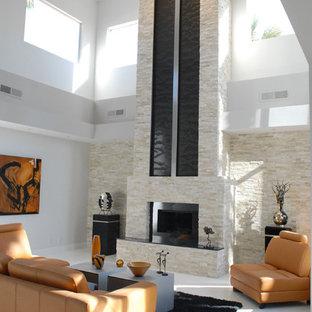 Esempio di un soggiorno minimal con camino classico, cornice del camino in pietra, pavimento con piastrelle in ceramica e pavimento bianco