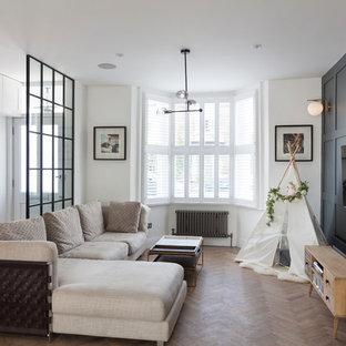 Inspiration för små klassiska separata vardagsrum, med vita väggar, ljust trägolv och en väggmonterad TV