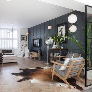 ロンドンの小さいコンテンポラリースタイルのおしゃれなLDK (白い壁、淡色無垢フローリング、暖炉なし、壁掛け型テレビ、ベージュの床) の写真