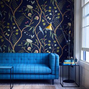 ロンドンの大きいモダンスタイルのおしゃれな独立型リビング (フォーマル、マルチカラーの壁、塗装フローリング、白い床) の写真