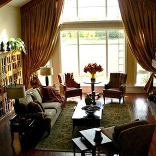 トロントの巨大なトラディショナルスタイルのおしゃれなリビングロフト (フォーマル、黄色い壁、濃色無垢フローリング、吊り下げ式暖炉、石材の暖炉まわり、壁掛け型テレビ) の写真