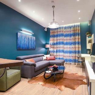 Esempio di un piccolo soggiorno moderno stile loft con angolo bar, pareti blu, pavimento con piastrelle in ceramica, nessun camino, nessuna TV e pavimento marrone