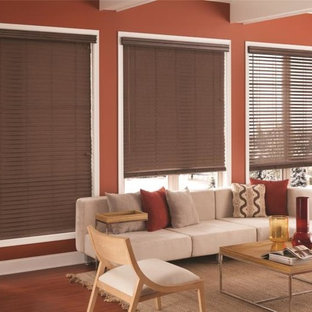 Ispirazione per un soggiorno chic di medie dimensioni con sala formale, pareti rosse, parquet scuro, nessun camino e nessuna TV