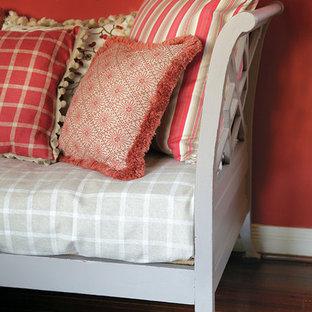 ヒューストンの中サイズのコンテンポラリースタイルのおしゃれなLDK (赤い壁、濃色無垢フローリング、フォーマル、茶色い床) の写真