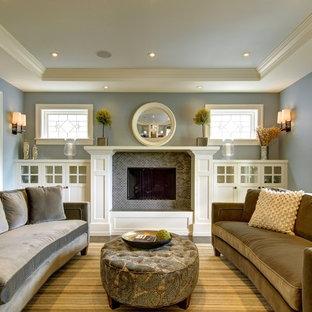 Fernseherloses, Abgetrenntes Rustikales Wohnzimmer mit blauer Wandfarbe, Kamin und gefliestem Kaminsims in Calgary