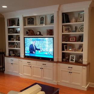 マイアミの中サイズのトラディショナルスタイルのおしゃれな独立型リビング (茶色い壁、淡色無垢フローリング、暖炉なし、埋込式メディアウォール、ベージュの床) の写真