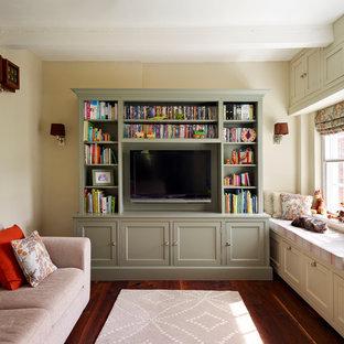 エセックスの中サイズのトラディショナルスタイルのおしゃれなリビング (ライブラリー、ベージュの壁、無垢フローリング、据え置き型テレビ) の写真