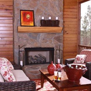 アトランタの中サイズのコンテンポラリースタイルのおしゃれな独立型リビング (フォーマル、標準型暖炉、石材の暖炉まわり、マルチカラーの壁、無垢フローリング、埋込式メディアウォール) の写真