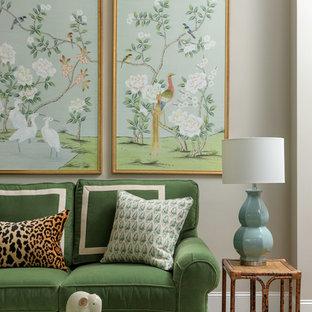 Immagine di un soggiorno tradizionale di medie dimensioni e chiuso con pareti grigie e pavimento in legno massello medio