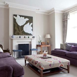ロンドンのトラディショナルスタイルのおしゃれなリビング (フォーマル、ベージュの壁、カーペット敷き、標準型暖炉) の写真
