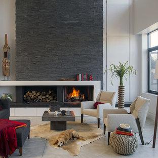 Idéer för ett mellanstort modernt allrum med öppen planlösning, med vita väggar, betonggolv, en standard öppen spis, en spiselkrans i sten och ett finrum
