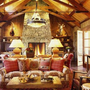 Bild på ett rustikt vardagsrum, med en standard öppen spis och en spiselkrans i sten