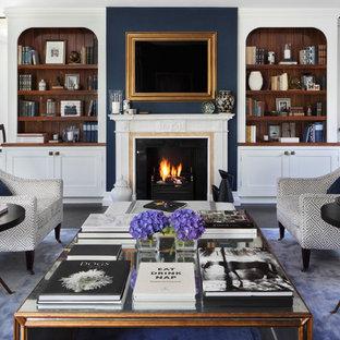 Foto di un grande soggiorno chic chiuso con sala formale, pareti blu, parquet scuro, camino classico, cornice del camino in pietra e TV nascosta
