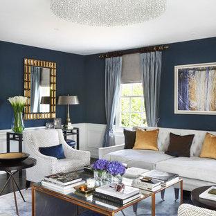 ロンドンの大きいトラディショナルスタイルのおしゃれな独立型リビング (フォーマル、青い壁、濃色無垢フローリング、壁掛け型テレビ) の写真
